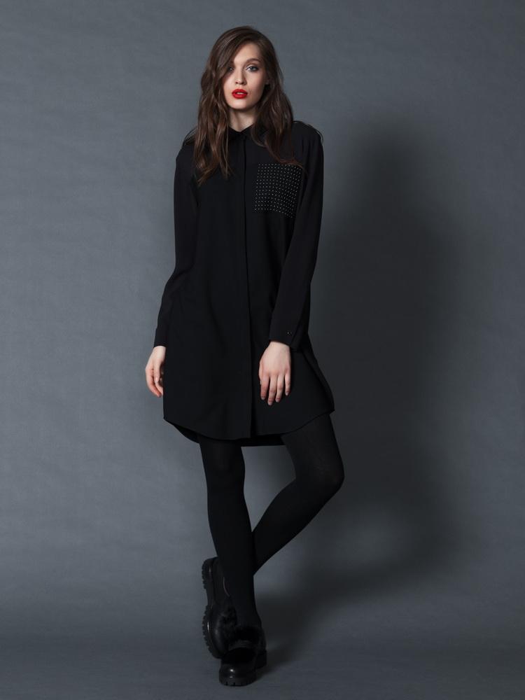 черное платье-рубашка Marella и ботинки Andrea Morelli.