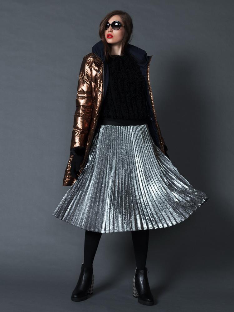 куртка Laurel, джемпер Giorgio Grati, сапоги Pollini Studio, очки Laura Biagiotti, юбка Penny Black.