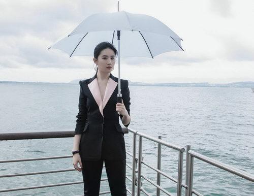 Актриса Лю Ифэй в образе Carolina Herrera