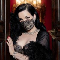 Полная защита: кружевная маска от Диты фон Тиз