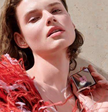 Givenchy продолжает легендарную историю и создает четырехцветные рассыпчатые румяна Prisme Libre Blush